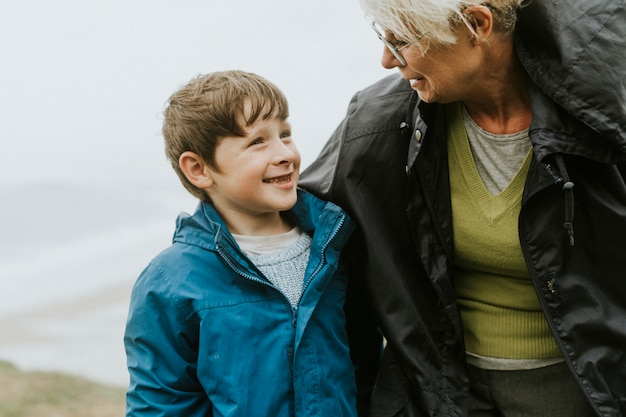 Garçon heureux avec cette grand-mère