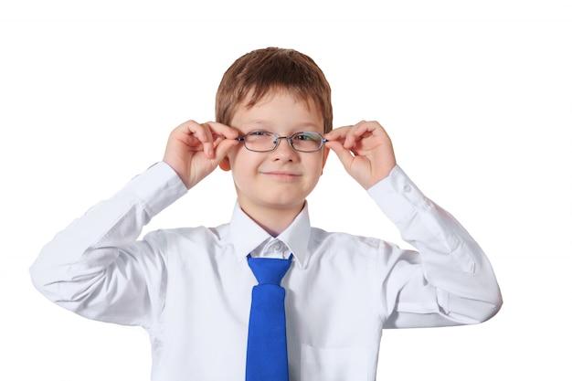 Garçon intelligent avec des lunettes isolé sur blanc.