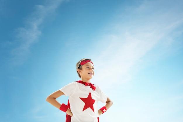 Un garçon jouant au super héros