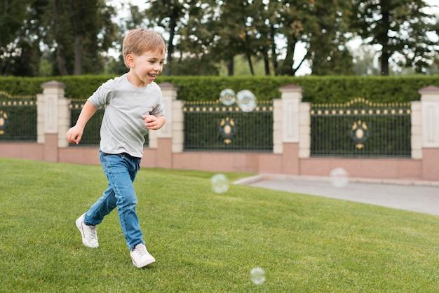 Garçon jouant avec des bulles de savon