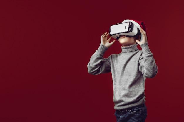 Garçon jouant avec un casque de réalité virtuelle