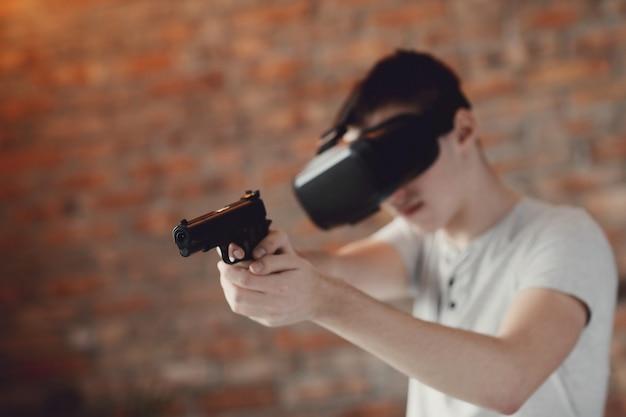 Garçon jouant avec un casque vr à la maison