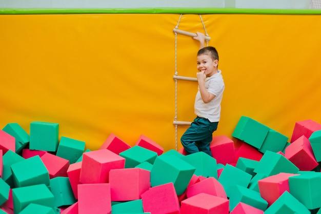 Garçon jouant dans une piscine sèche