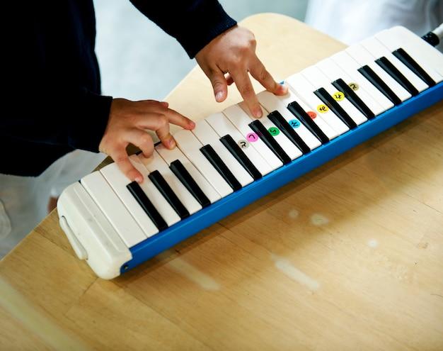 Garçon jouant du piano