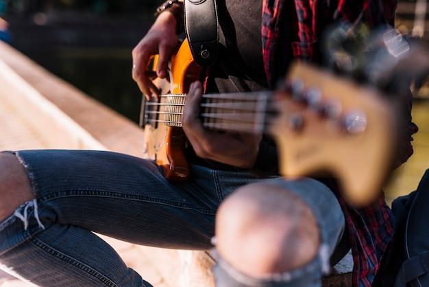 Garçon jouant de la guitare électrique