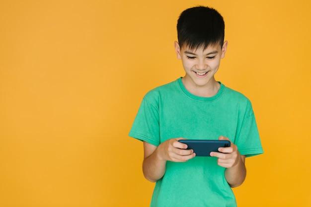 Garçon jouant à un jeu au téléphone