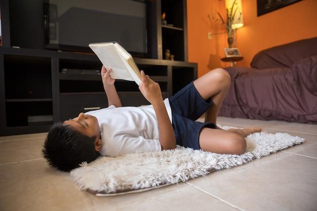 Garçon, lecture, livre, mensonge, natte, maison