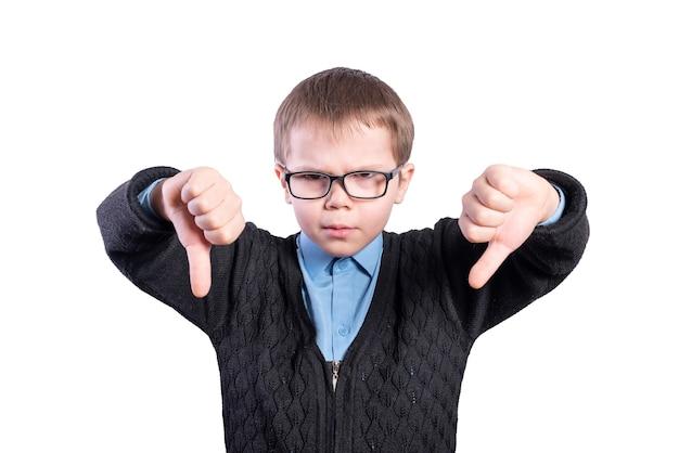 Garçon avec des lunettes montre les pouces vers le bas. isolé sur fond blanc. photo de haute qualité
