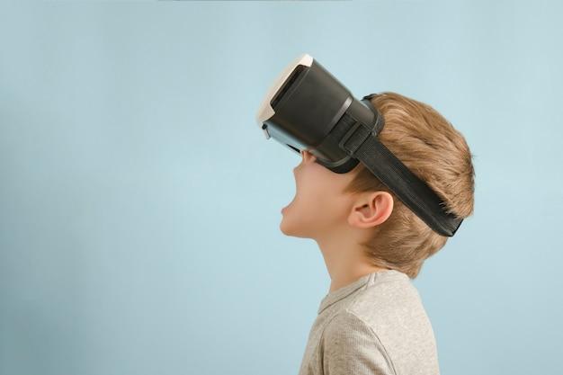 Garçon avec des lunettes de réalité virtuelle