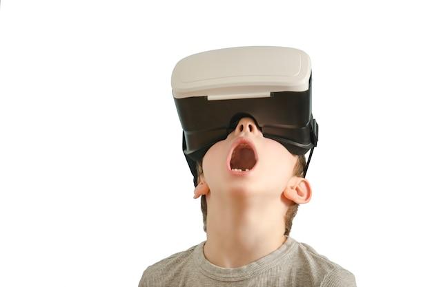 Garçon avec des lunettes de réalité virtuelle.