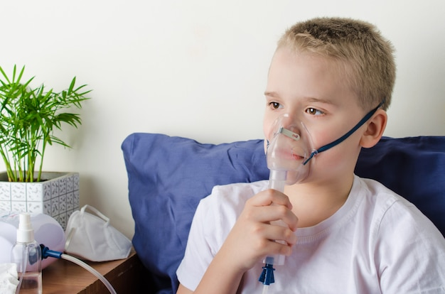 Garçon malade, respiration, par, nébuliseur