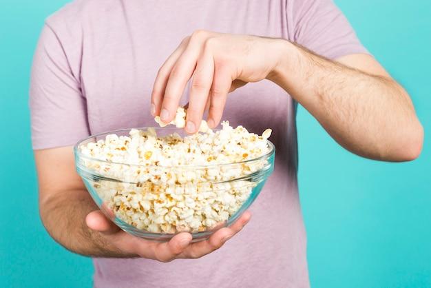 Garçon mangeant du pop corn