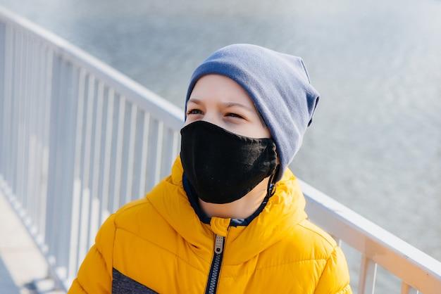 Garçon avec masque dans les rues. prévention du coronavirus