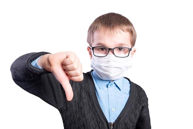 Garçon en masque et lunettes montrant les pouces vers le bas. isolé sur fond blanc. photo de haute qualité