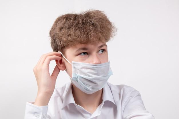 Garçon en masque médical de protection. concept de virus et de coronavirus