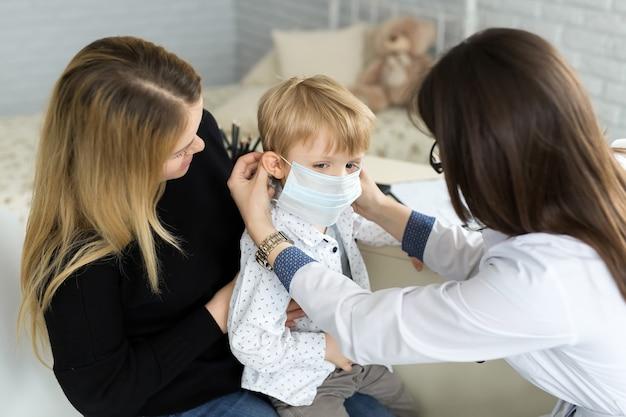 Garçon en masque de santé médecine