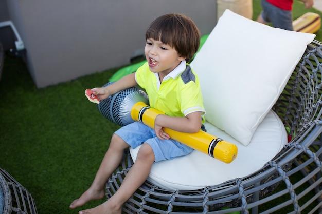 Garçon avec microphone gonflable lors d'une fête d'anniversaire pour enfants.