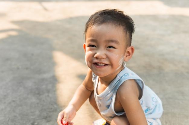 Garçon mignon asiatique souriant, souriant et regardant la caméra. portrait d'enfants.