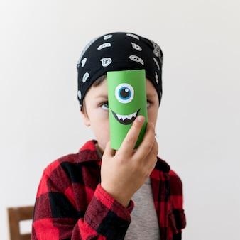 Garçon mignon avec concept halloween