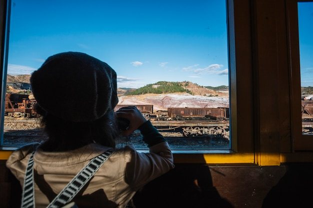 Garçon mignon en regardant la fenêtre du train