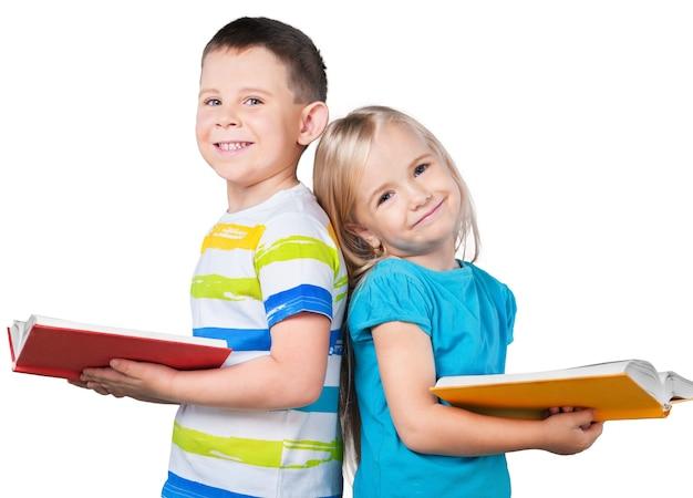 Garçon mignon et sa petite soeur avec des livres