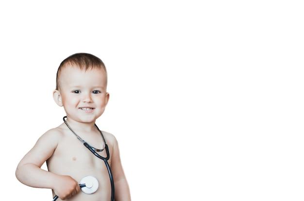 Garçon mignon avec stéthoscope, en tant que jeune infirmier sur un fond isolé