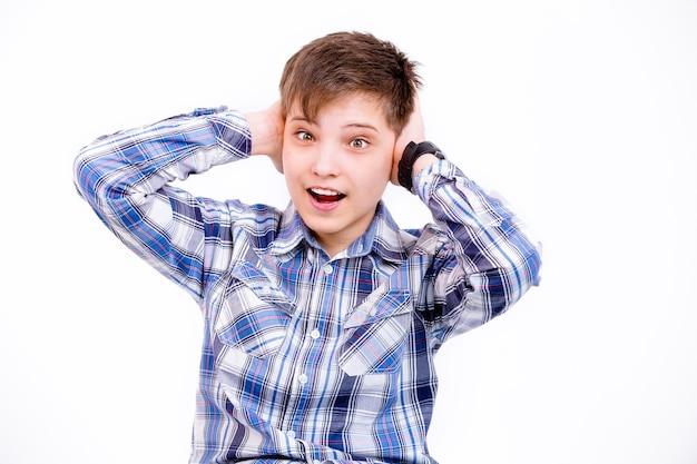 Le garçon a mis ses mains sur ses oreilles et crie
