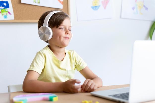 Garçon moyen portant des écouteurs