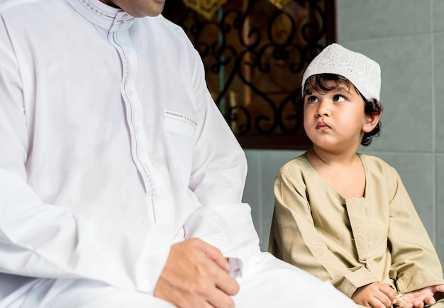 Garçon musulman, apprendre à salah