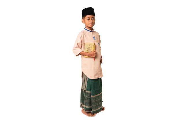 Garçon musulman indonésien portant des vêtements islamiques isolé sur fond blanc