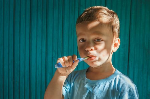 Garçon, nettoyage dents