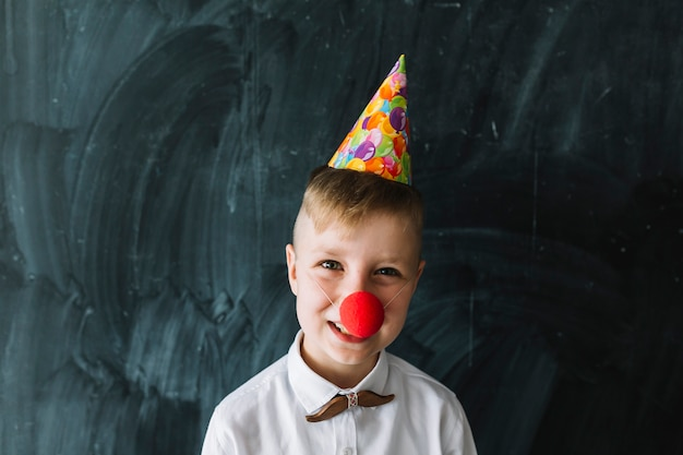 Garçon avec nez de clown sur la fête d'anniversaire