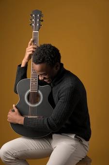 Garçon noir jouant de la guitare