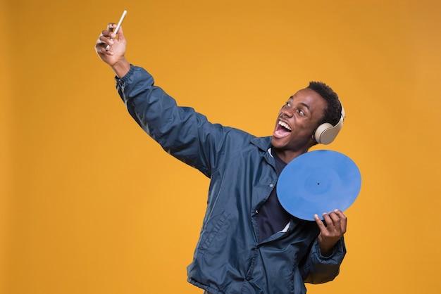 Garçon noir posant avec un casque