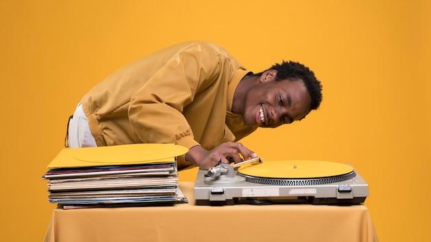 Garçon noir posant avec des vinyles