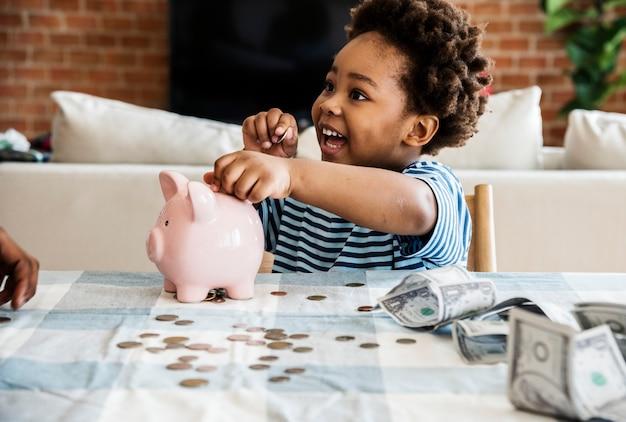 Garçon noir recueillir de l'argent à la tirelire