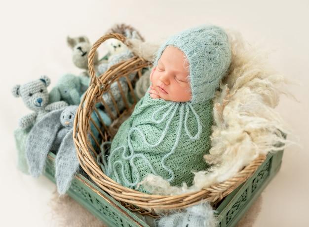 Garçon nouveau-né enveloppé dans une couverture