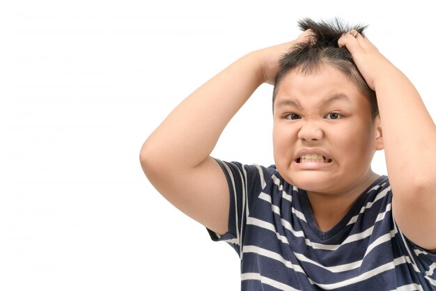 Garçon obèse démangeaisons sa tête stress visage mal de tête