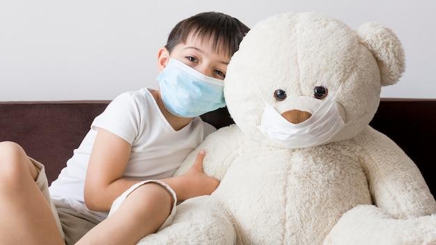 Garçon avec ours en peluche