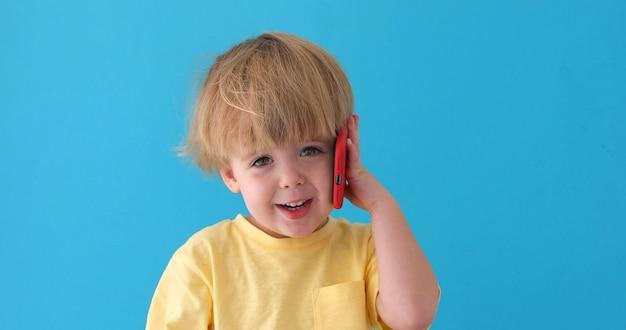 Garçon parlant un téléphone mobile