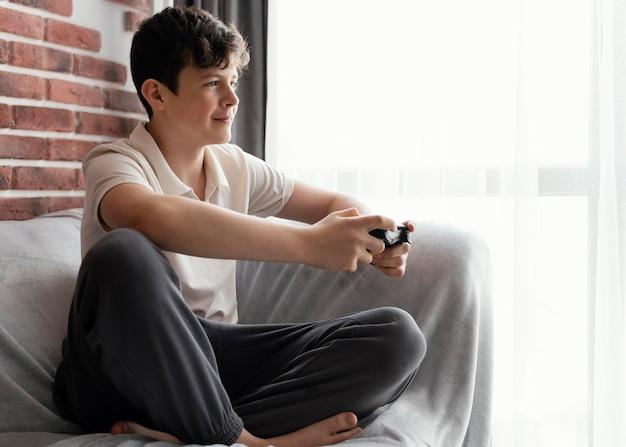 Garçon plein coup jouant au jeu vidéo