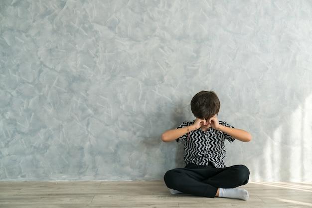 Garçon pleurant amèrement problème enfants