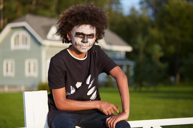 Garçon portant un costume de zombie
