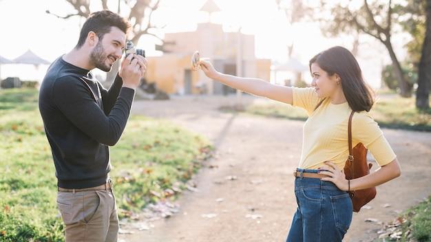 Garçon prenant une photo à sa petite amie