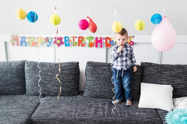 Garçon près de décorations d'anniversaire