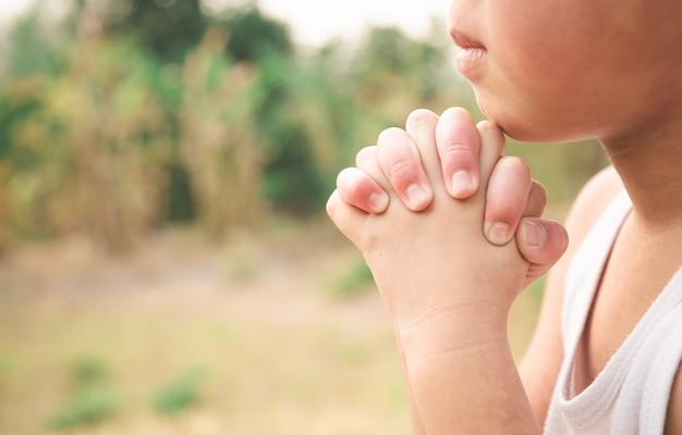 Garçon priant dieu