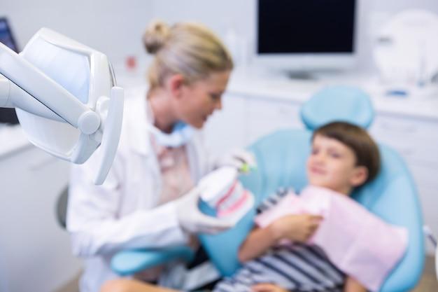 Garçon recevant un traitement par un dentiste