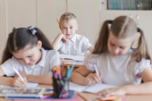 Garçon regardant les filles à la leçon