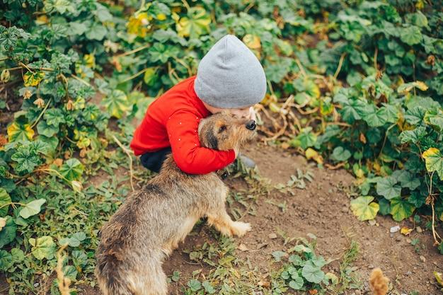 Un garçon a rencontré un petit chiot sans abri dans la rue
