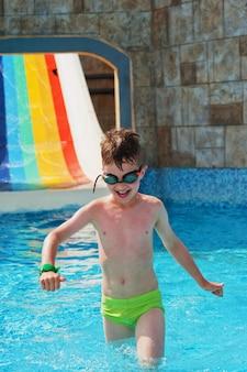 Garçon s'amuser au parc aquatique
